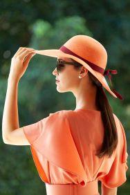 Detroit Verão 2020 - Carol usa Vestido Village Condotti by KER, cinto KER laranja, chapéu KER panamá @ Tácito