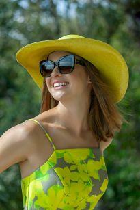 Detroit Verão 2020 - Diana usa Vestido Marrô by KER, sapato KER fivela lima, chapéu KER panamá lima, bolsa KER bambu lima, brin